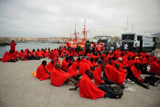 Les rescapés sont pris en charge par des... (PHOTO MARCOS MORENO, AGENCE FRANCE-PRESSE)