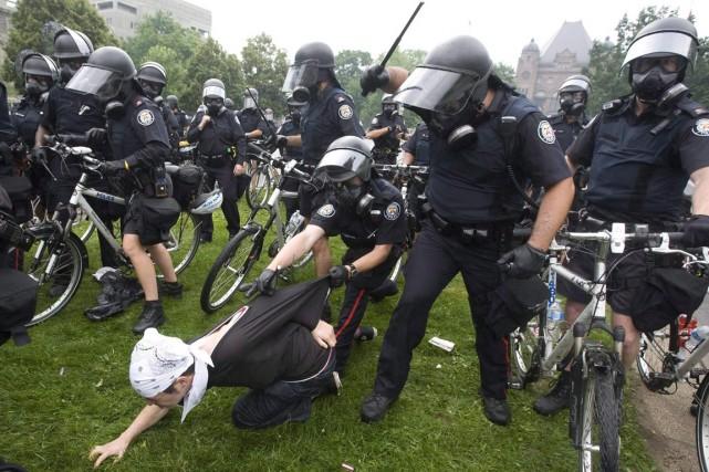 Arrestation d'un manifestant en 2010.... (PHOTO ARCHIVES LA PRESSE CANADIENNE)