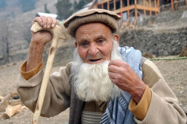 Sabat Khan, 102 ans selon ses dires et... (Photo Sajjad QAYYUM, AFP)