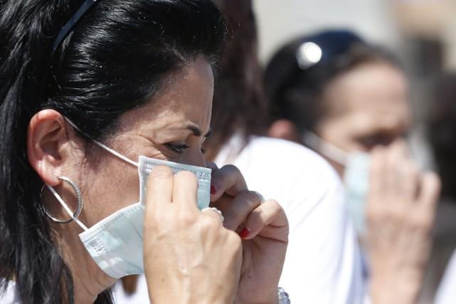 L'équipe chargée de détruire les armes chimiques évacuées de Syrie à bord du... (Photo Luca Bruno, AP)