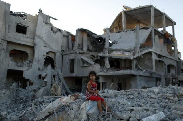 Une jeune fille est assise sur les ruines... (PHOTO SIEGFRIED MODOLA, REUTERS)