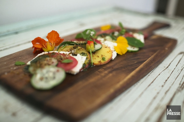 Salade tomates, pêches et feta, de chez Olive+Gourmando.... (PHOTO OLIVIER PONTBRIAND, LA PRESSE)