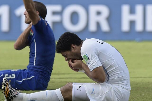 Luis Suarez a mordu un joueur de l'équipe... (PHOTO DANIEL GARCIA, AFP)
