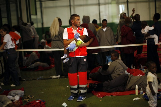 Les migrants ont été accueillis notamment dans des... (Photo JON NAZCA, AFP)