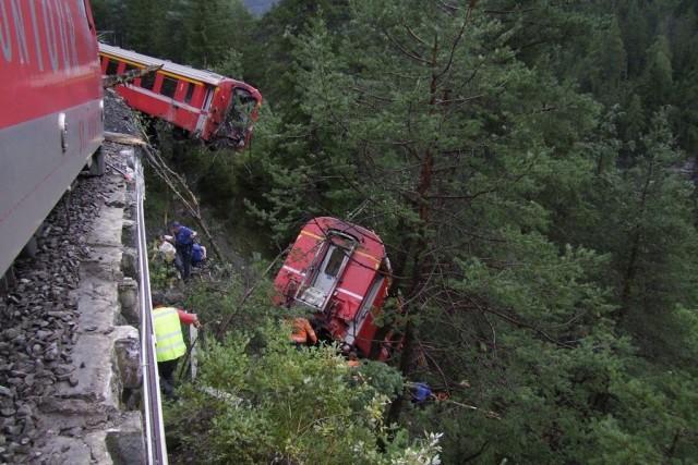 Le train assurant la liaison entre la station... (PHOTO REUTERS/Kantonspolizei Graubunden)