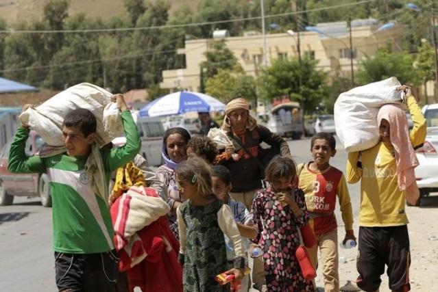 Des réfugiés quittent la région de Sinjar.... (Photo Reuters)