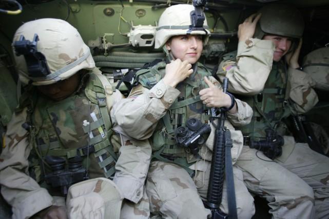 L'armée américaine compte quelque 200 000 femmes dans... (PHOTO ARCHIVES AFP)