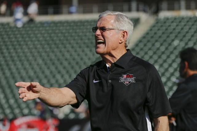 L'ex-entraîneur gagnant du Super Bowl Dick Vermeil est... (Photo archives AP)
