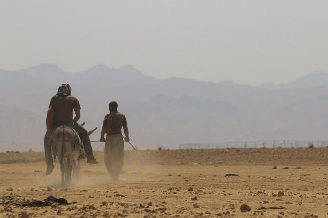 Des yazidis traversent les monts Sinjar.... (PHOTO REUTERS)