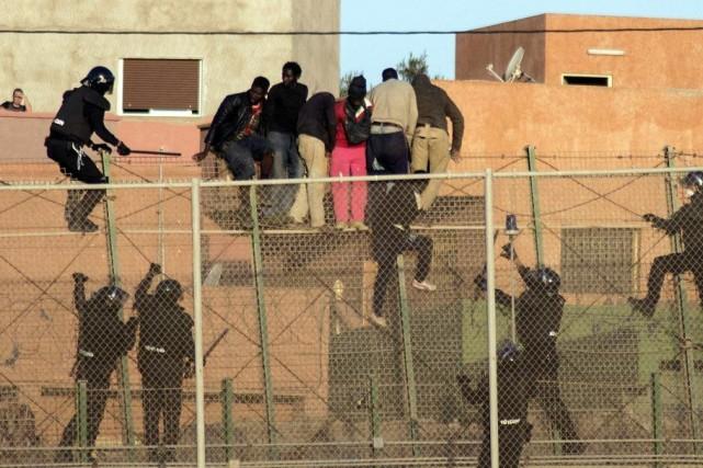 Environ 250 migrants d'Afrique subsaharienne ont de nouveau... (PHOTO STRINGER, REUTERS)