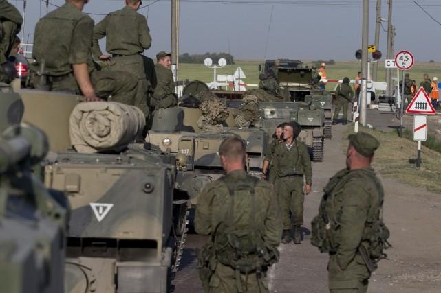 Un convoi de blindés russe massé à la... (Photo Pavel Golovkin, AP)