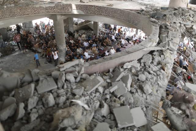 Des Gazaouis prient à l'intérieur d'une mosquée endommagée... (Photo Mohammed Salem, Reuters)