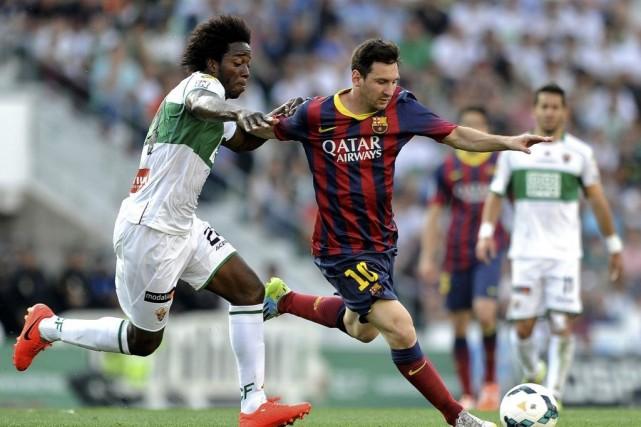 Carlos Sanchez, à la gauche de Lionel Messi... (PHOTO JOSE JORDAN, AFP)