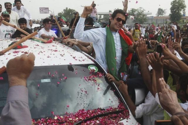 Imran Khan entouré de ses partisans, vendredi à... (Photo K.M. Chaudary, AP)