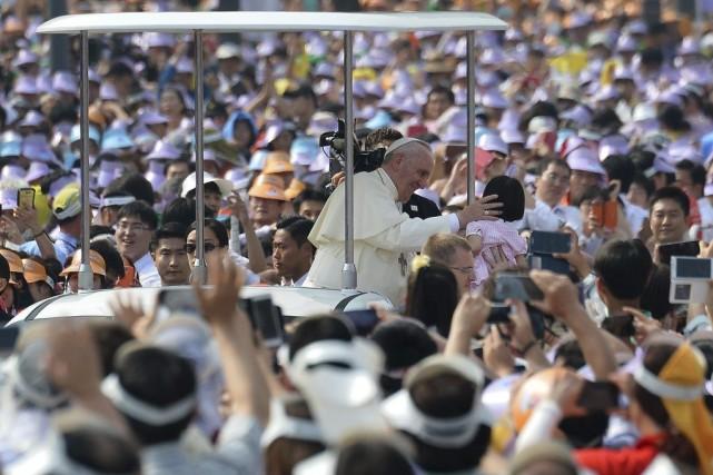 Premier pape à se rendre en Asie depuis... (PHOTO VINCENZO PINTO, AFP)