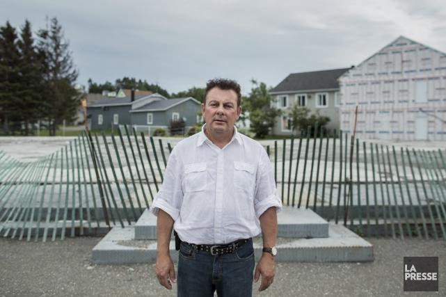 Le propriétaire Roch Bernier, devant les ruines rasées... (Photo Edouard Plante-Fréchette, La Presse)