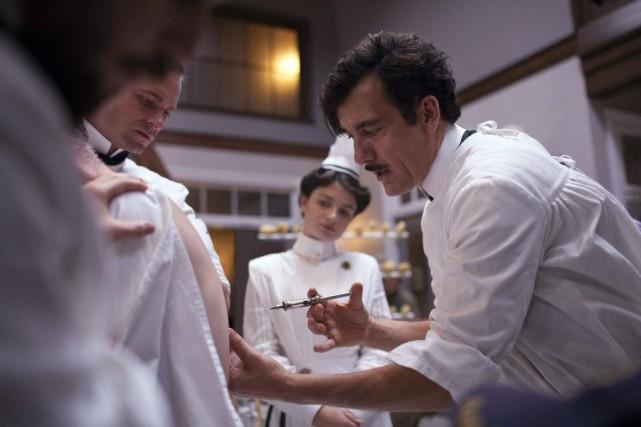 Clive Owen incarne le Dr John Thackery dans... (PHOTO AP/CINEMAX)