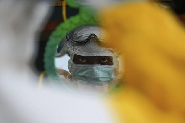 En cinq mois, l'épidémie de fièvre hémorragique Ebola... (PHOTO CARL DE SOUZA, AFP)