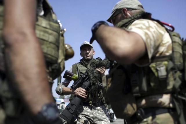 Des soldats ukrainiens à un barrage près deDebaltseve,... (PHOTO ANATOLII STEPANOV, AFP)