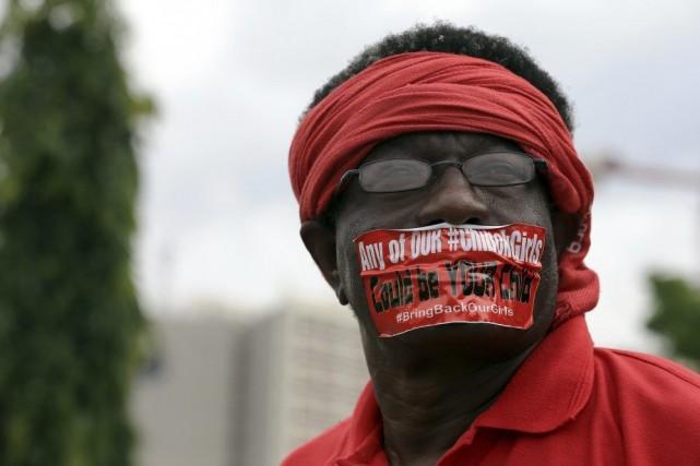 Un manifestant lors d'un rassemblement marquant les 120... (PHOTO AFOLABI SOTUNDE, REUTERS)