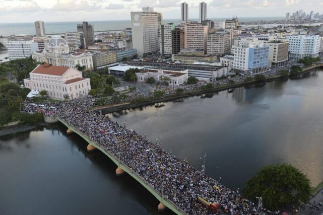 Des dizaines de milliers de personnes ont suivi... (Photo: AFP)