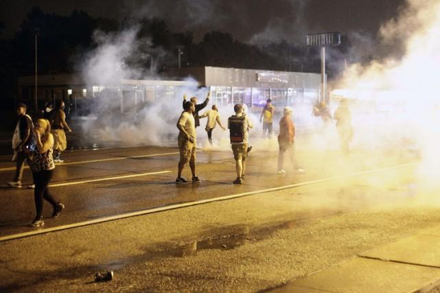 Des manifestants défient le couvre-feu imposé à Ferguson,... (Photo: AFP)