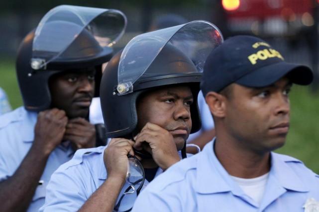 La pétition propose que chaque policier national et... (PHOTO CHARLIE RIEDEL, AP)