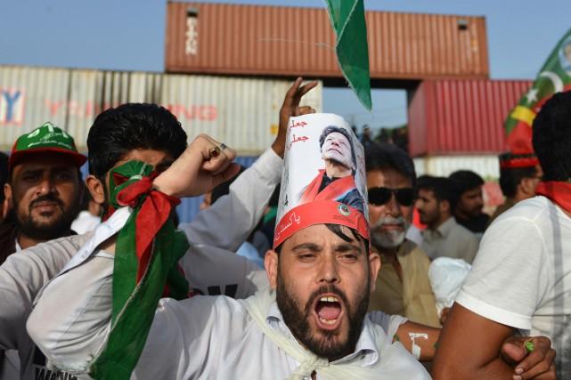 Un partisan d'Imran Khan -coiffé d'un pamphlet à... (PHOTO AAMIR QURESHI, ARCHIVES AFP)