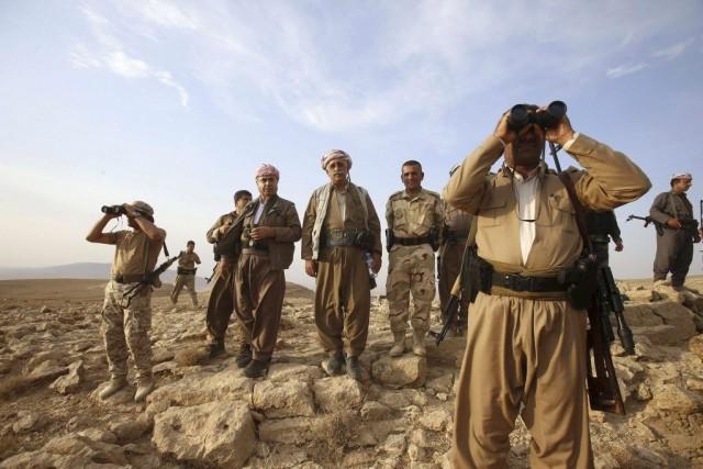 Des forces kurdespeshmergas montent la gardeprès de la... (PHOTO YOUSSEF BOUDLAL, REUTERS)