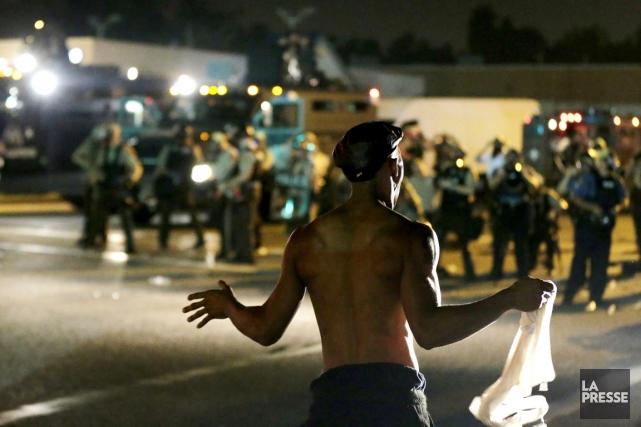 Un militant fait face à un mur de... (PHOTO CHARLIE RIEDEL, AP)
