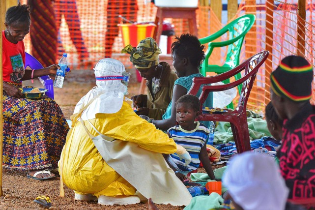 Plusieurs populations africaines font également face pour la... (PHOTO CARL DE SOUZA, ARCHIVES AFP)