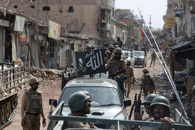 Des soldats pakistanais patrouillent près d'un marché au... (PHOTO AAMIR QURESHI, ARCHIVES AFP)