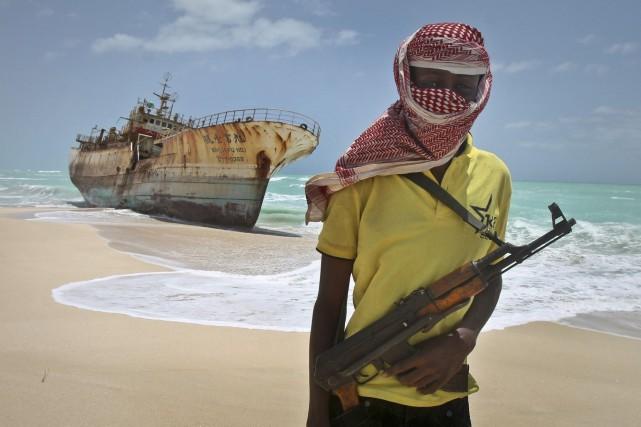 Un pirate somalien pose devant un navire de... (PHOTO FARAH ABDI WARSAMEH, ARCHIVES AP)