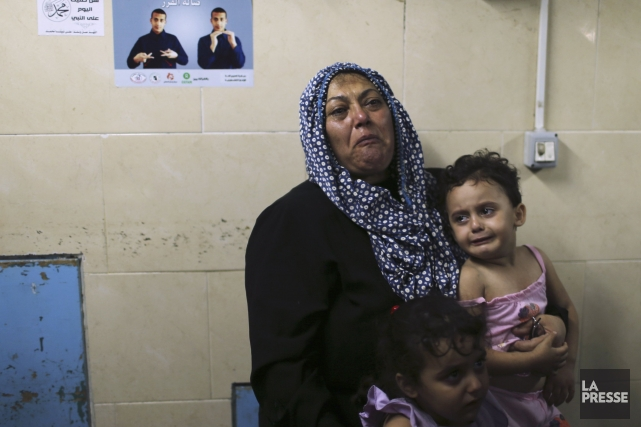 Des proches de blessés sont en pleurs à... (PHOTO MOHAMMED SALEM, REUTERS)