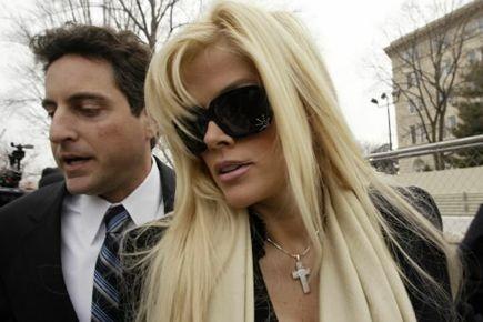 Anna Nicole Smith accompagnée de son avocat et... (Photo: archives Reuters)