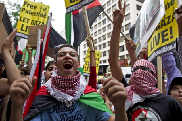 Tareq Abou Khdeir, 15 ans, lors d'une manifestation... (Photo: AP)