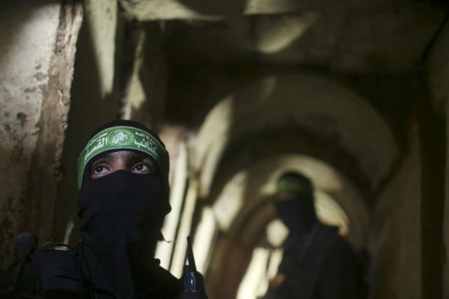 Des combattants des Brigades al-Qassam se déplacent à... (PHOTO MOHAMMED SALEM, ARCHIVES REUTERS)
