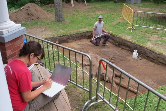 Étudiants en archéologie, Coralie Dallaire-Fortier et Simon Picard... (Photo: Musée des Abénakis)