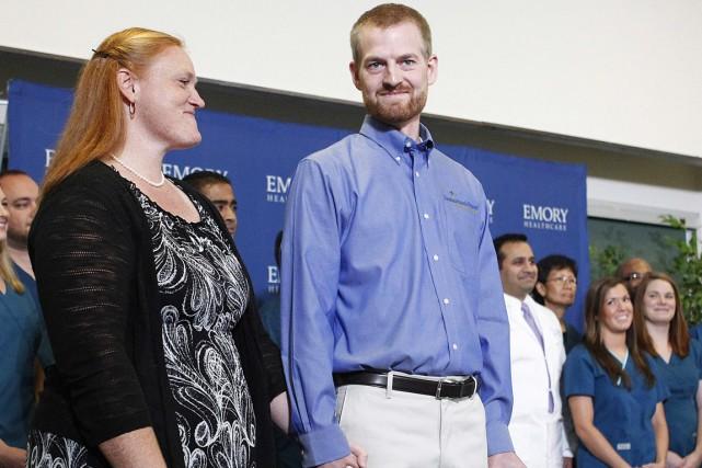Le Dr Brantly, souriant et paraissant en forme,... (PHOTO TAMI CHAPPELL, REUTERS)