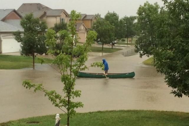 Les pluies diluviennes tombées jeudi à Winnipeg, au Manitoba, ont inondé des... (Photo tirée de Twitter, @SeamusOBaker)