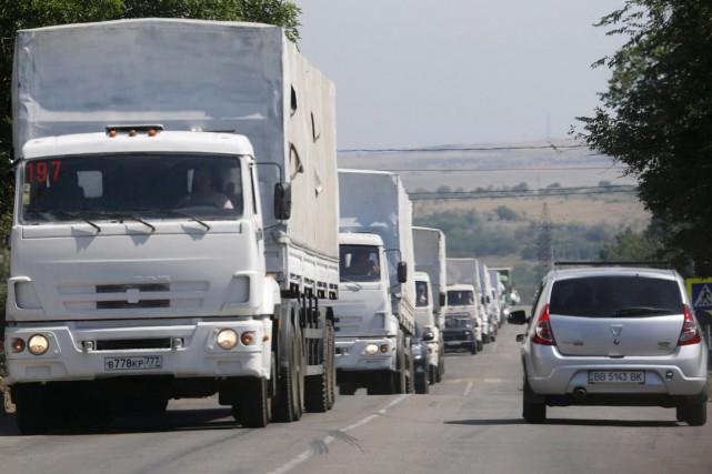 Près de 100 des quelque 300 camions avaient... (PHOTO ALEXANDER DEMIANCHUK, REUTERS)