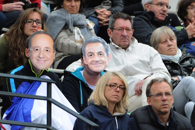 Des spectateurs arborent des masques à l'effigie du... (PHOTO DOMINIQUE FAGET, ARCHIVES AFP)