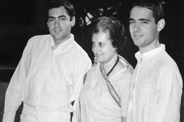 Indira Gandhi en compagnie de ses fils Rajiv... (Photo: archives AFP)