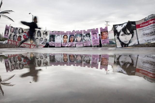 Un enfant passe devant un mur où sont... (PHOTO SHAUL SCHWARZ, ARCHIVES THE NEW YORK TIMES)