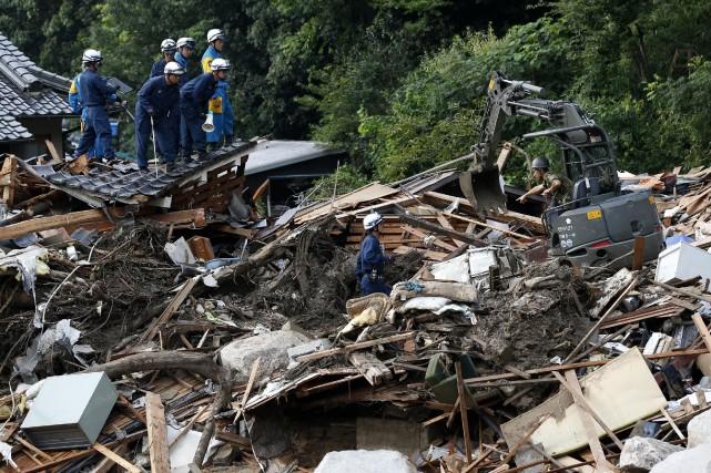 Les recherches, conduites par 2800 pompiers, officiers de... (Photo Toru Hanai, REUTERS)