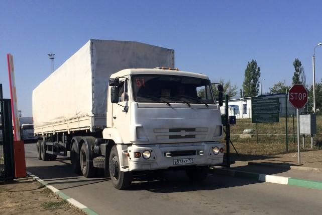 Un file de camions s'étirant sur plusieurs kilomètres... (Photo Alexander Roslyakov, AP)