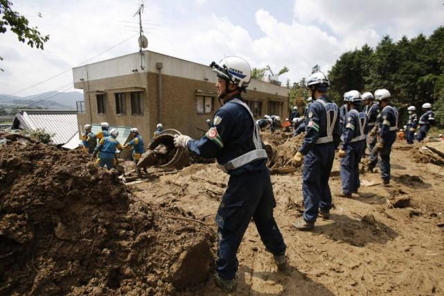 Dessauveteurs retirent la boue afin de retrouver des... (PHOTO TORU HANAI, REUTERS)