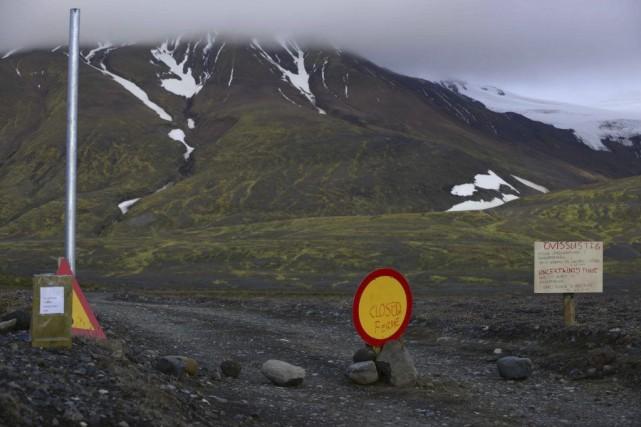 Un signe indique que la route pour se... (PHOTO SIGTRYGGUR JOHANNSSON, REUTERS)