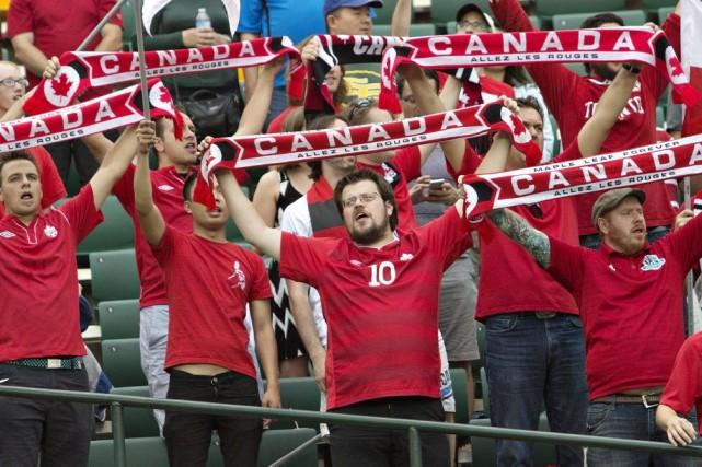 Des partisans encourageant les Canadiennes dans le match... (JASON FRANSON)