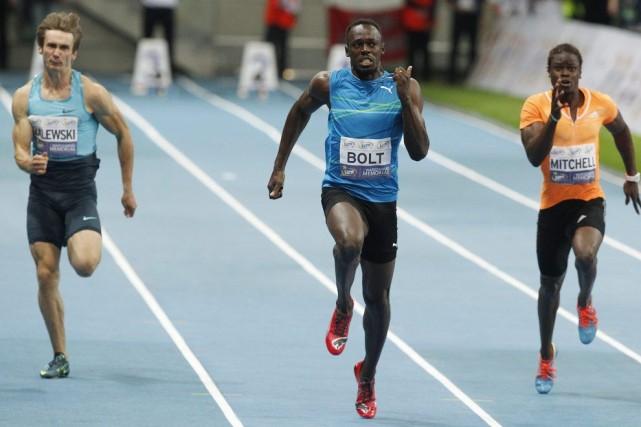 Usain Bolt (au centre) est devenu le premier... (PHOOT CZAREK SOKOLOWSKI, AP)